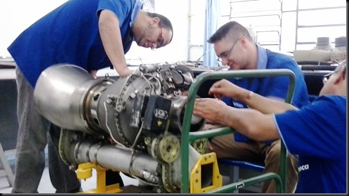 Alunos da EMCA fazem atividade em turbomotor Arriel 1 (Foto: Eduardo Oliveira)