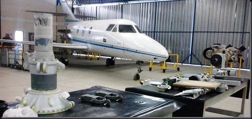 Interior do hangar da EMCA (Foto: Eduardo Oliveira)