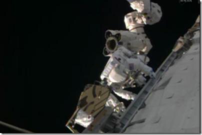 Astronauta Rick Mastracchio no braço robótico Canadarm2 da ISS (Foto: NASA TV)