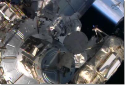 Astronautas Mike Hopkins e Rick Mastracchio realizam caminhada espacial na ISS (Foto: NASA TV)