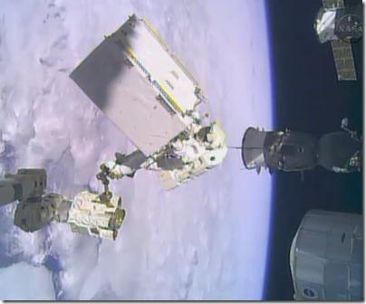 Hopkins com o novo módulo (Foto: NASA TV)