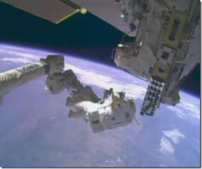 Hopkins se prepara para fixar-se no braço robótico Canadarm2 (Foto: NASA TV)