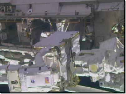 Mastracchio com a bomba em pane (Foto: NASA TV)