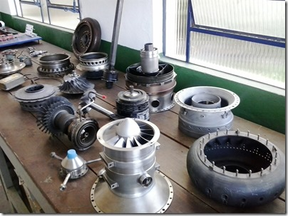 Componenetes do motor Arriel 1, da Turbomeca, na EMCA (Foto: Eduardo Oliveira)