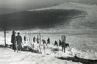 Escavações próximo à tenda; ao fundo, a Passagem de Dyatlov