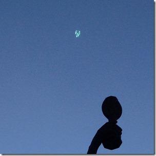Na segunda fotografia, o objeto parece fragmentado