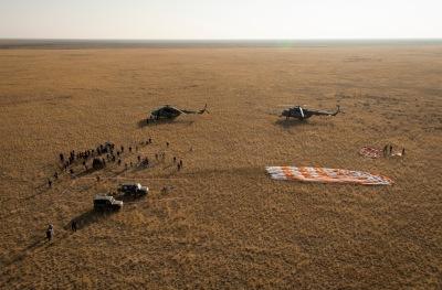 Equipes de apoio terrestre no local de pouso da Soyuz TMA12M (Crédito: Bill Ingals / NASA)