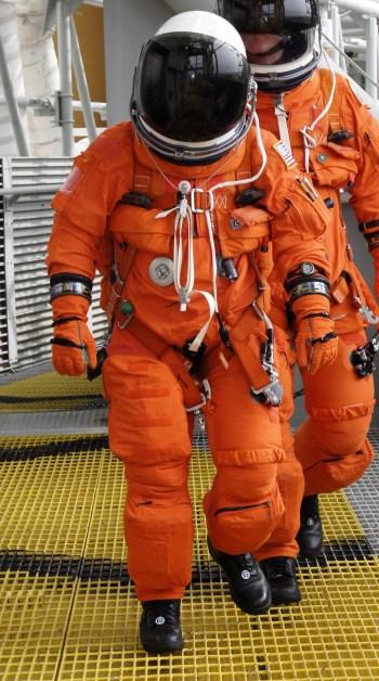 Astronautas da missão STS-130 vestindo o ACES, em 10/01/2010 (Foto: Kim Shiflett/NASA)