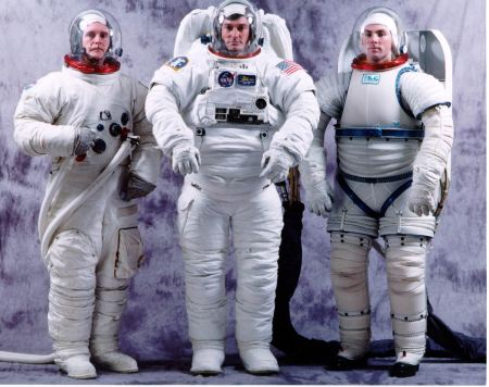 Da esquerda para direita: Bill Ayrey no traje A7LB reserva de Eugene Cernan; Andrew Taylor no Shuttle Space Suit Assembly (SSA); Lee Lamb no I-suit on the right; 1997 (Foto: NASA)