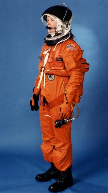Incluídos no sistema de escape da tripulação (Crew Escape System, CES) do LES estão o capacete para lançamento e reentrada (Launch and Entry Helmet, LEH) com comunicações (COMM CAP), conjunto de paraquedas e proteções, bote. unidade preservadora de vida (Life Preserver Unit, LPU), luvas, manifolds e válvulas de oxigênio, botas e equipamento