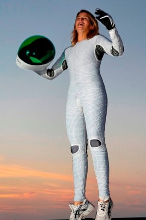 Profª Dava Newman com réplica do Bio-Suit (Foto: MIT)