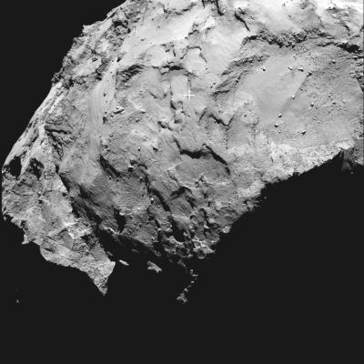 """Local de pouso J no cometa 7P/Churiumov-Guerasimenco em imagem de ângulo estreito feita pelo instrumento OSIRIS, com o centro indicado com """"+"""" (Crédito: ESA/Rosetta/MPS for OSIRIS Team MPS/UPD/LAM/IAA/SSO/INTA/UPM/DASP/IDA)"""