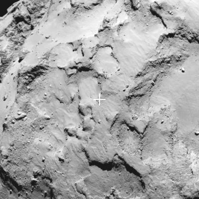 Local de pouso J em foto feita pela câmera de ângulo estreito OSIRIS, da Rosetta, em 20 de agosto a 67 km e a escala é de 1,2 m por pixel. (Crédito: ESA/Rosetta/MPS for OSIRIS Team MPS/UPD/LAM/IAA/SSO/INTA/UPM/DASP/IDA)