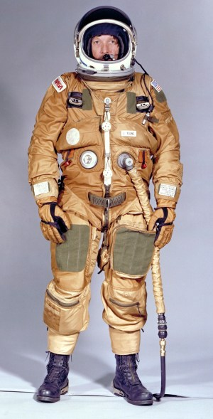 John Young no Shuttle Ejection Escape Suit (Foto: NASA)