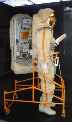 Crechet-94 em exibição no Air and Space Smithsonian Musuem; traje possui escotilha nas costas
