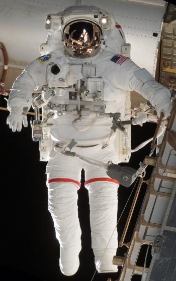 EMU sendo usado em EVA na ISS, na STS-118 (Foto: NASA)