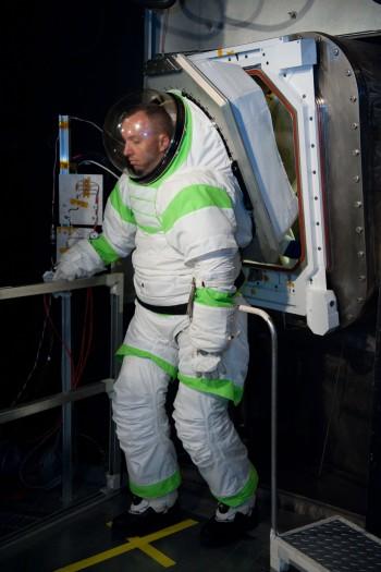 Teste de suitport com astronauta Randy Bresnik usando traje Z-1 (Foto: NASA)
