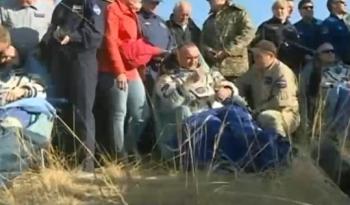 Da esquera, Artemyev, Skvortsov e Swanson sendo examidados por uma equipe médica após serem tirados da nave Soyuz (Crédito: NASA TV)